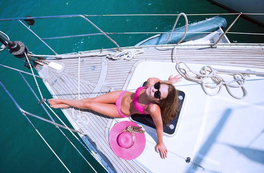 Девушка загорает на яхте