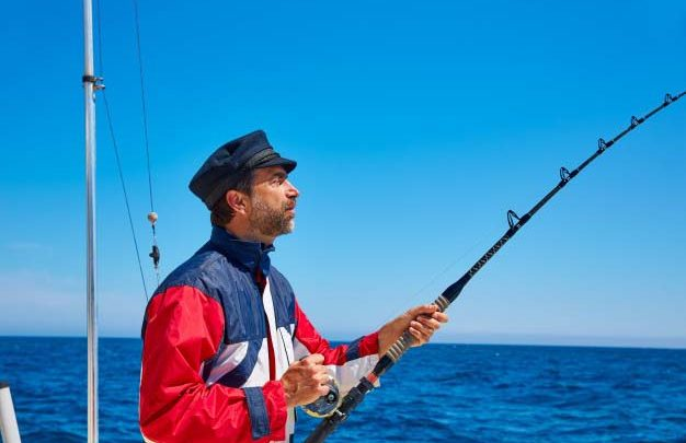 Рыбак на катере в море