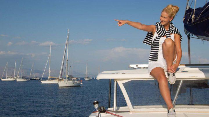 Девушка капитан на яхте