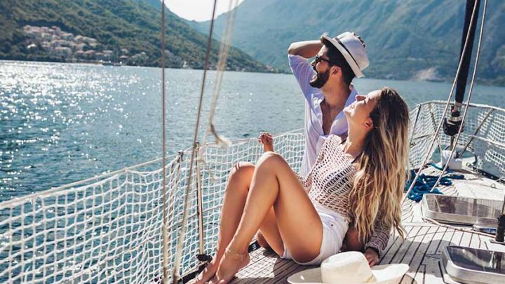 Счастливая пара на яхте